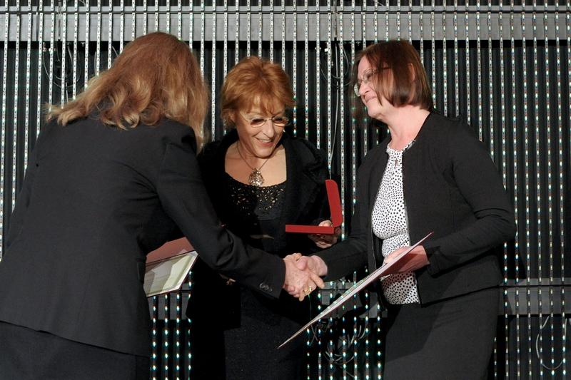 Bodoky György centrumvezető főorvos külföldi tartózkodása miatt a nevében Tóth Erika főnővér (jobbra) vette át díjat
