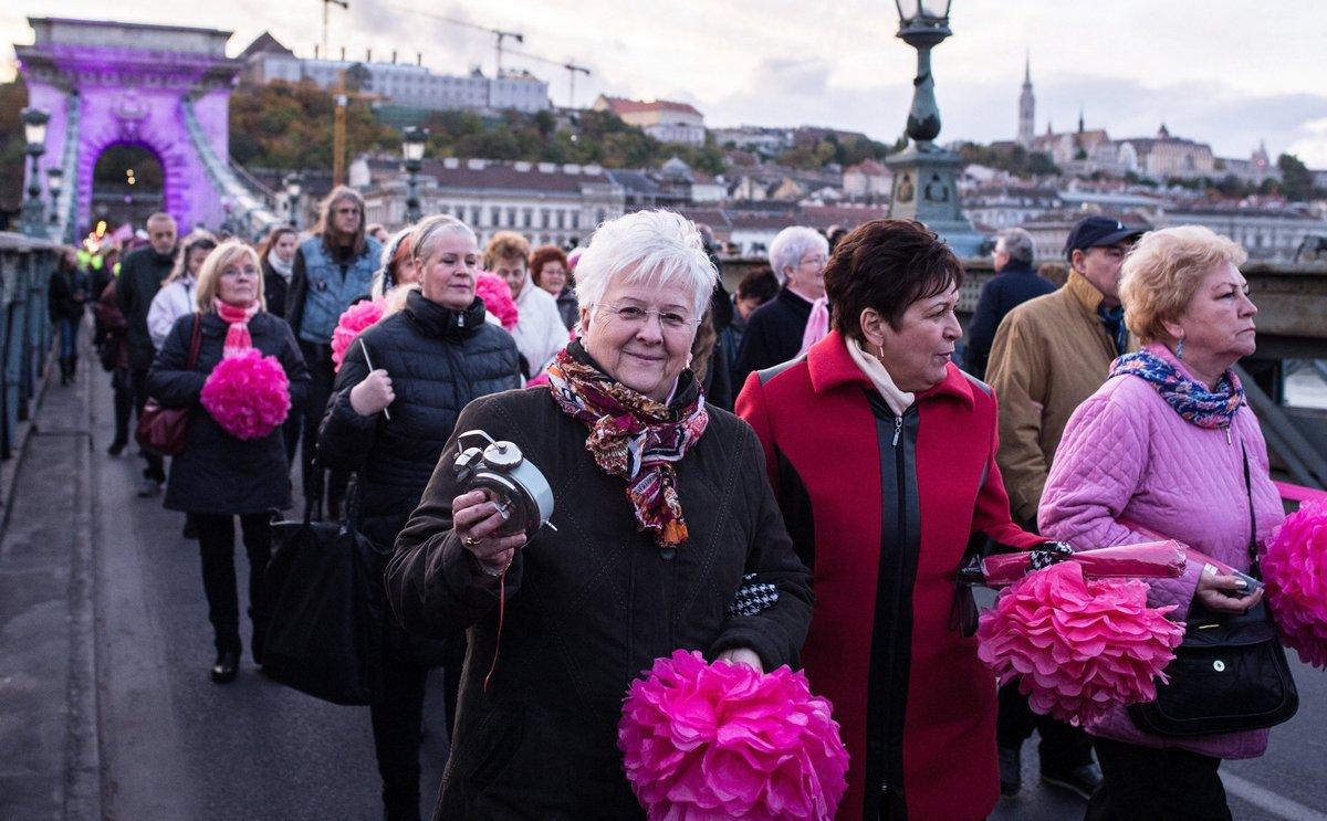 Rózsaszín Lánchíd: vekkerórás séta a mellrákos betegekért - Fotó: MTI, Kallos Bea